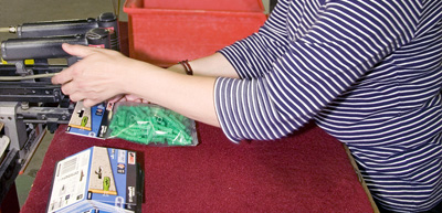 Prestation en conditionnement, emballage sachet, boite, carton, étui, via des agrafes ou par soudure thermique, ESAT ETAI Jacques Henry, Vitry Sur Seine, IDF<br />